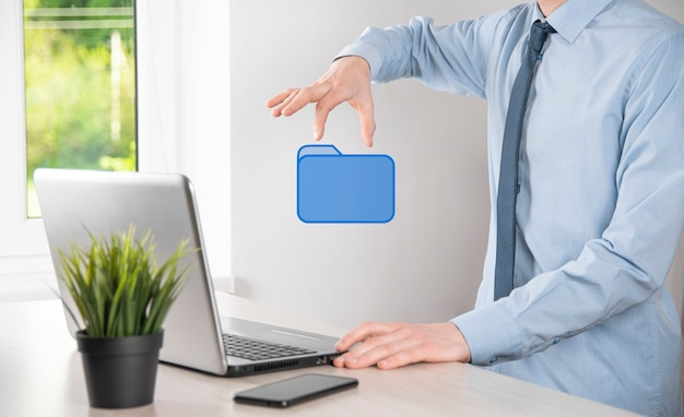 Icona della cartella della stretta della mano. sistema di gestione dei documenti o configurazione dms da parte di un consulente it con computer moderno stanno cercando informazioni sulla gestione e file aziendali. elaborazione aziendale