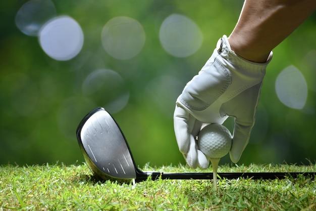 Sfera di golf della stretta della mano con il t sul campo da golf