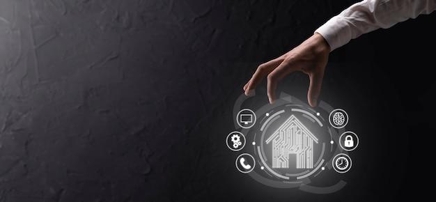 Tenere in mano l'icona della casa. casa intelligente controllata, casa intelligente e concetto di app di automazione domestica. concetto di rete internet di tecnologia dell'innovazione.