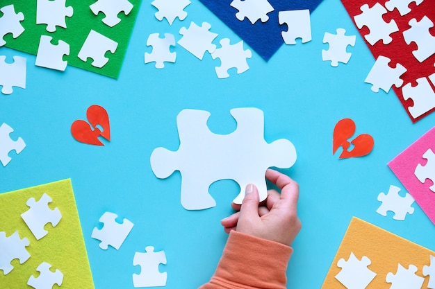 Forma di elemento di puzzle di carta della stretta della mano. elemento di puzzle su pezzi di feltro a strati.