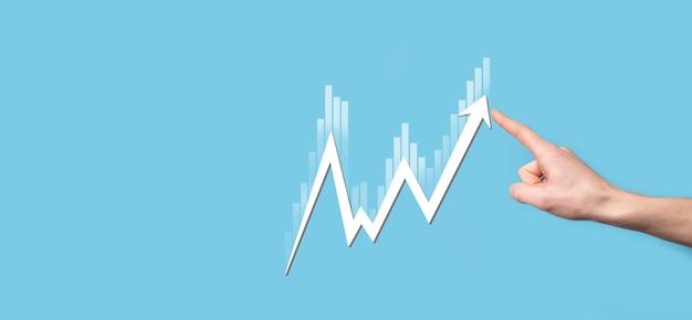 Tenere in mano i dati di vendita e il grafico del grafico della crescita economica. pianificazione e strategia aziendale. analizzare le negoziazioni di cambio. finanziario e bancario. marketing digitale della tecnologia. profitto e piano di crescita.