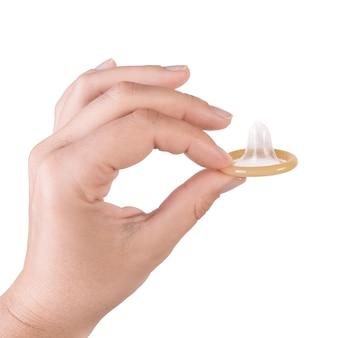 Mano che tiene un preservativo isolato su bianco