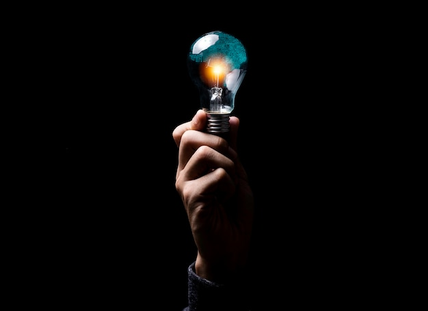 Cervello del circuito elettronico dell'illustrazione di creatività della tenuta della mano dentro la lampadina. è l'intelligenza artificiale e il concetto di tecnologia ai.