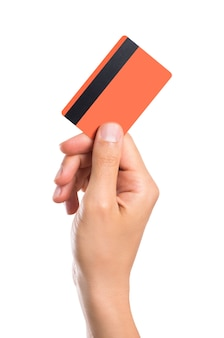 Mano che tiene la carta di credito isolata su bianco