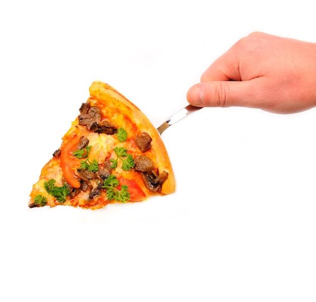 Mano che tiene la fetta tagliata di una pizza