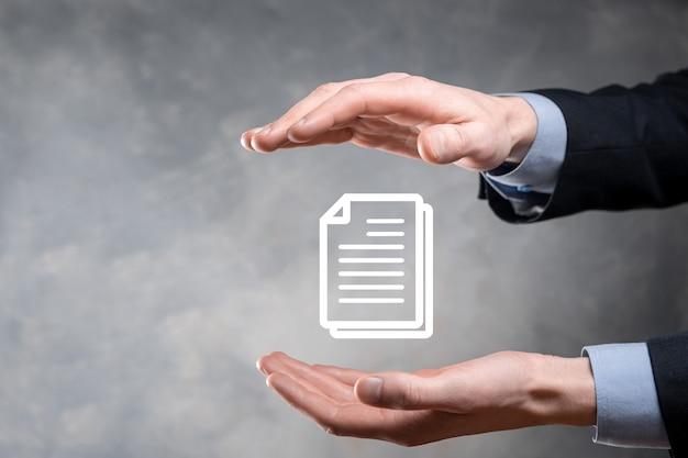 Mano che tiene un'icona del documento nella sua mano sistema di dati di gestione dei documenti business internet technology concept. sistema di gestione dei dati aziendali dms.