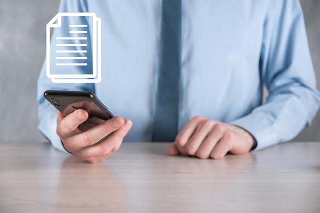 Mano che tiene un'icona del documento la sua mano gestione dei documenti sistema dati tecnologia internet aziendale