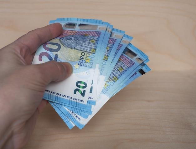 Mano che tiene le banconote in euro, unione europea