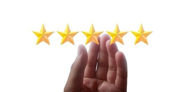 Mano che tiene cinque stelle. aumentare la valutazione della valutazione e il concetto di classificazione