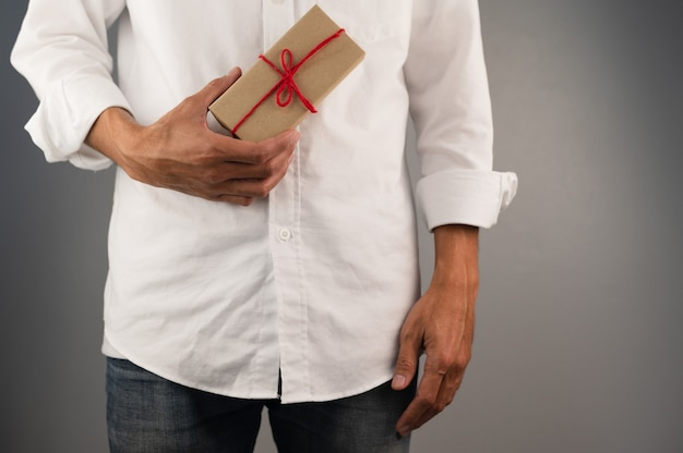 Confezione regalo a mano, confezione regalo di capodanno, confezione regalo di natale, spazio per le copie. natale, anno di hew, concetto di compleanno.