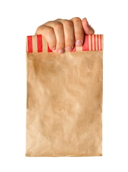 Mano che tiene o dà un sacchetto di carta marrone