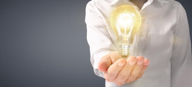 Mano di tenere la lampadina accesa. idea innovazione ispirazione concetto
