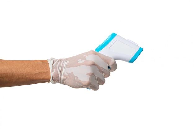 Mano che tiene il termometro a infrarossi per misurare la temperatura corporea su sfondo bianco e il tracciato di ritaglio