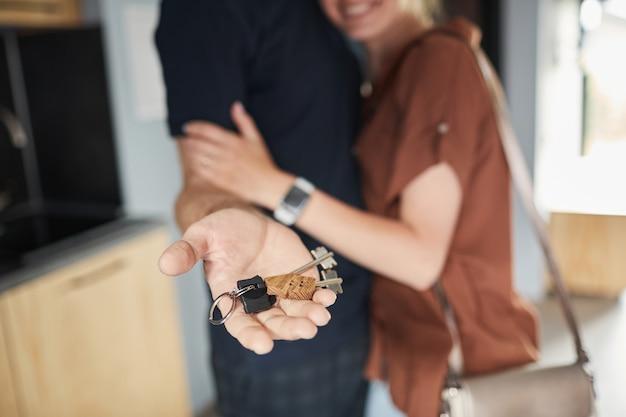 Mano che tiene le chiavi della nuova casa