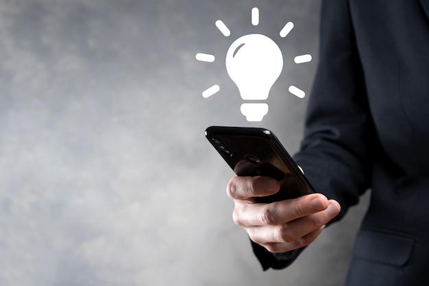 Mano che tiene la lampadina. icona di idea intelligente isolata. innovazione, icona della soluzione. soluzioni energetiche. concetto di idee di potere. lampada elettrica, invenzione tecnologica. palmo umano. ispirazione aziendale.