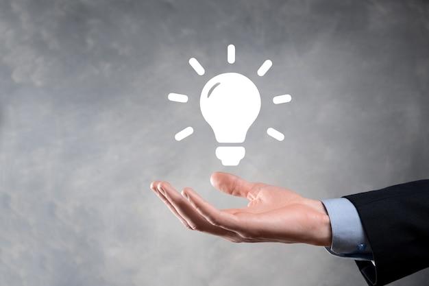 Mano che tiene la lampadina. icona di idea intelligente isolata. innovazione, icona della soluzione.