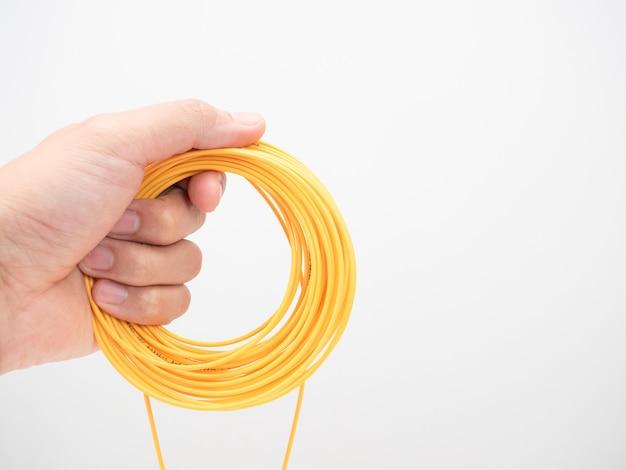 Mano che tiene il cavo di toppa in fibra ottica ad anello bianco isolato