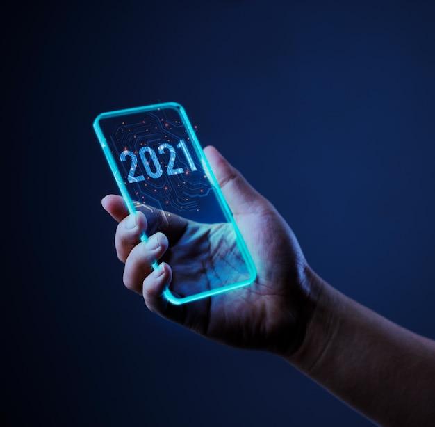 Mano che tiene il telefono cellulare con il 2021.