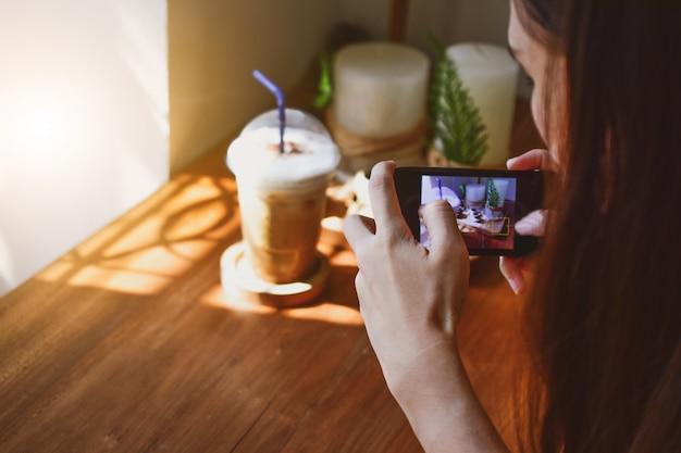 La mano che tiene lo smart phone mobile prende la foto
