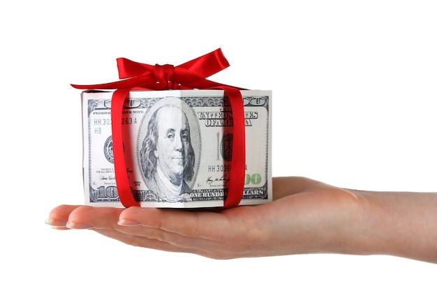 Mano che tiene la scatola del regalo dei soldi isolata su white