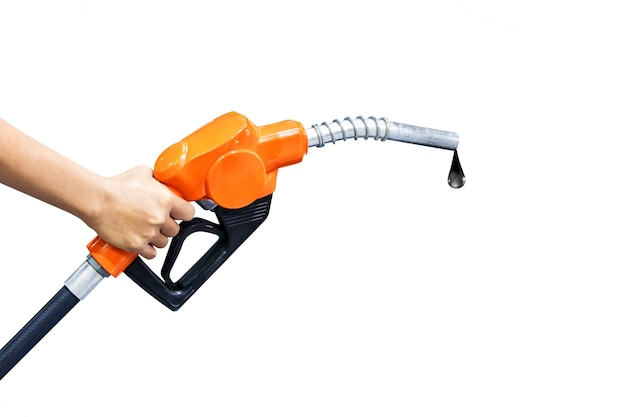 Mano che tiene l'ugello del carburante arancione isolato su priorità bassa bianca