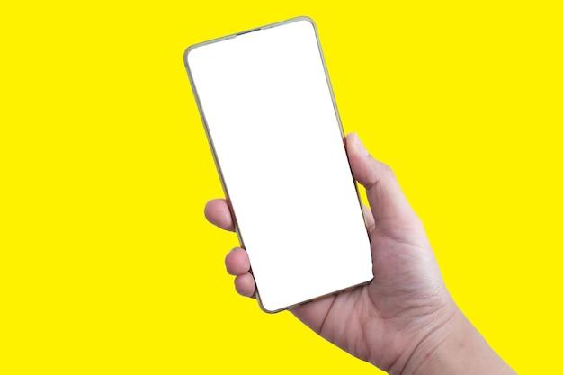 Mano che tiene lo smartphone in verticale isolato su sfondo giallo. i clienti possono inserire annunci, pagine di siti web o informazioni che desiderano visualizzare sullo schermo del telefono.
