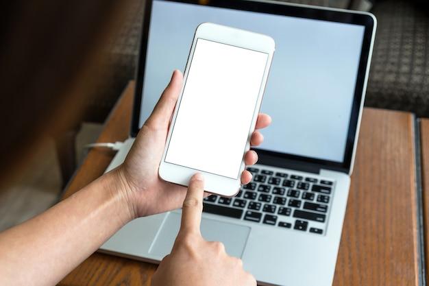 Tenendo la mano ป la tecnologia smart phone per il prototipo del prodotto sul foto blurre