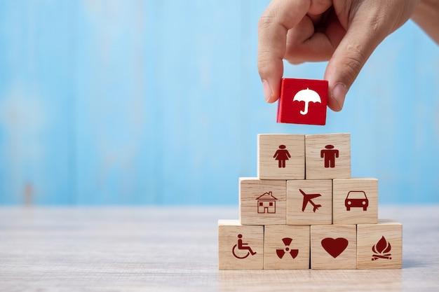 Icona di assicurazione della copertura del blocco di legno dell'ombrello della tenuta della mano