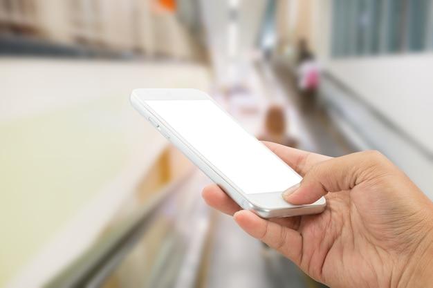 Passi la tenuta con lo smartphone nel centro commerciale.