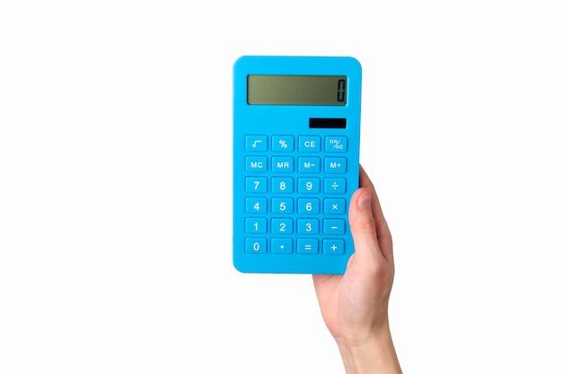 La mano tiene il calcolatore blu isolato su un bianco.