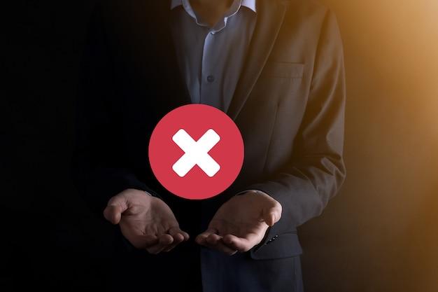 La mano tiene l'icona, il simbolo di annullamento, l'icona di annullamento.
