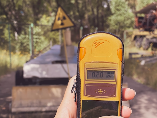 Nella mano è un dosimetro che misura il livello di radiazione sullo sfondo della città i