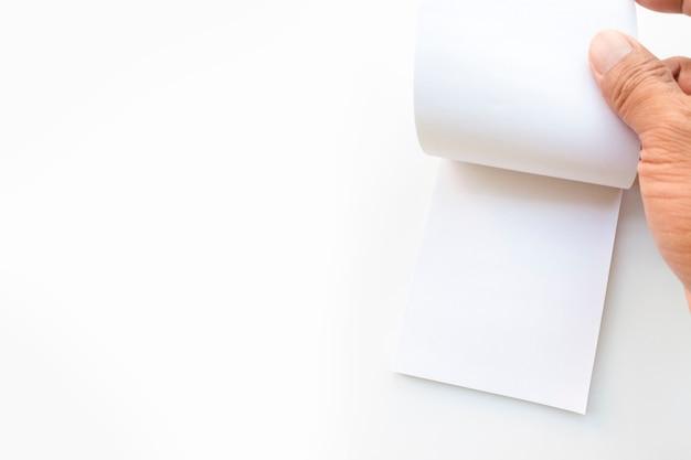 La mano sta aprendo l'appunto in uno sfondo bianco