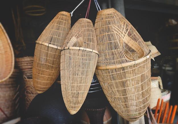 Cesti in bambù fatti a mano per attrezzi da pesca.