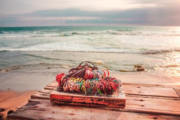 Braccialetti fatti a mano bijou e altri souvenir di bali con sfondo spiaggia dell'oceano