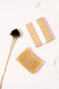Scatola di sapone e artigianato fatta a mano per il design mock up su sfondo bianco, vista dall'alto piatta