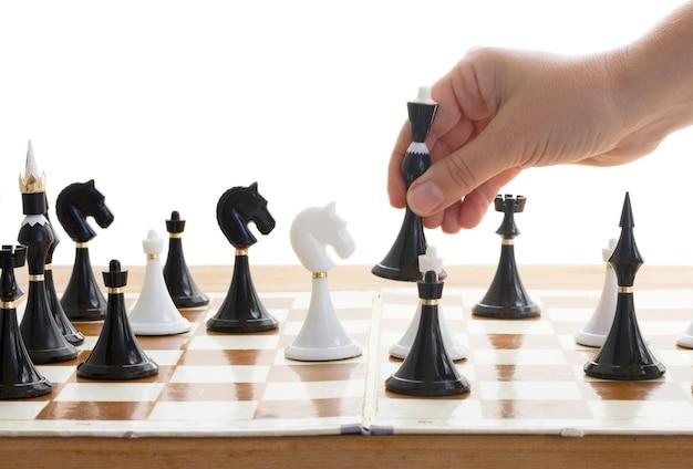 Mano che fa mossa nel gioco degli scacchi con la regina nera