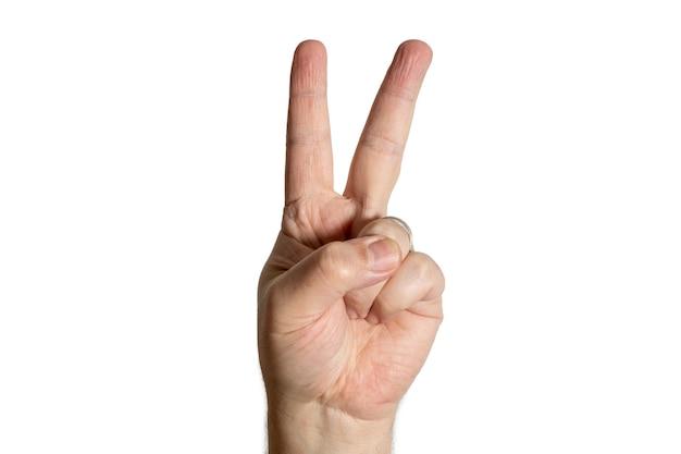 Mano che fa segno di vittoria con due dita. sfondo bianco
