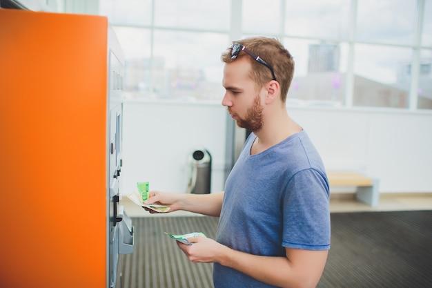 Passi la carta dell'inserzione dell'uomo al bancomat, alle attività bancarie e al concetto finanziario