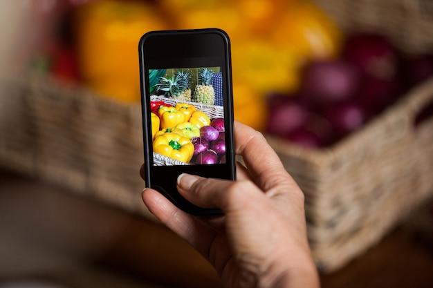 Mano dell'uomo che cattura foto di verdure