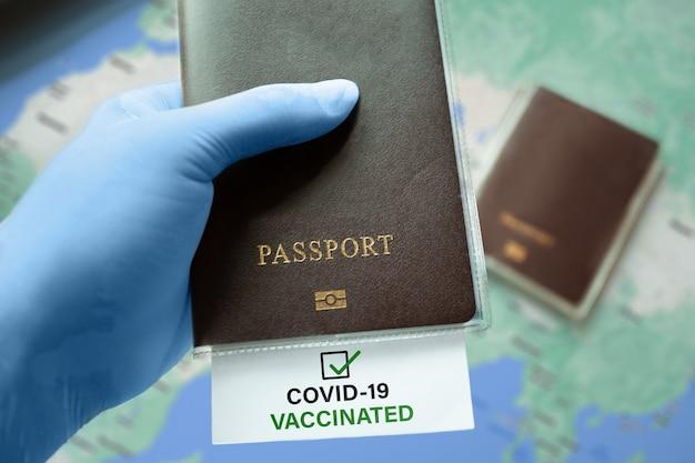 Consegnare guanti medici in possesso di passaporto con covid19 nota vaccinata con segno di spunta sulla mappa del mondo