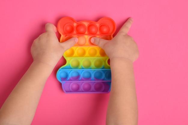 Abilità motorie manuali. un popolare giocattolo in silicone per alleviare lo stress e lo sviluppo motorio.