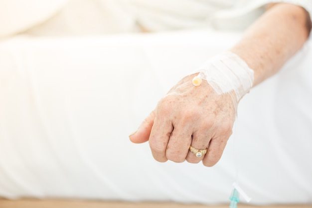 Mano della donna anziana paziente