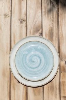 Piatto decorativo blu dipinto a mano su tavola di legno