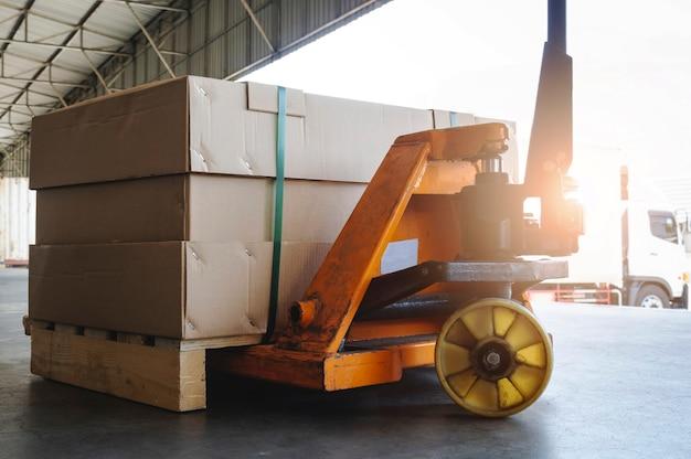 Transpallet manuale con scatola per pacchi nel magazzino
