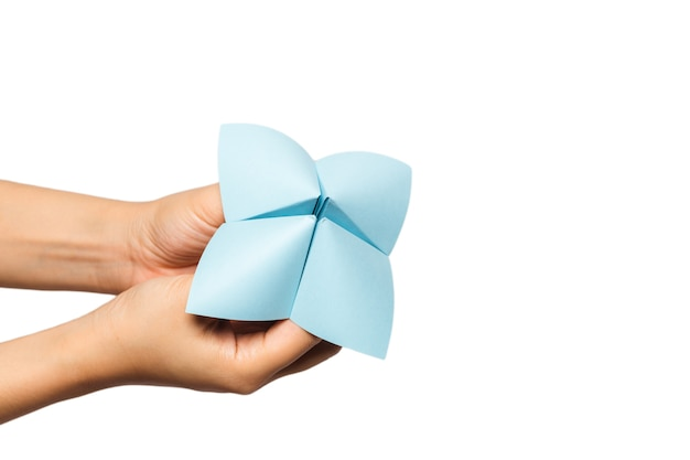 Consegnare un cartomante di carta isolato su bianco