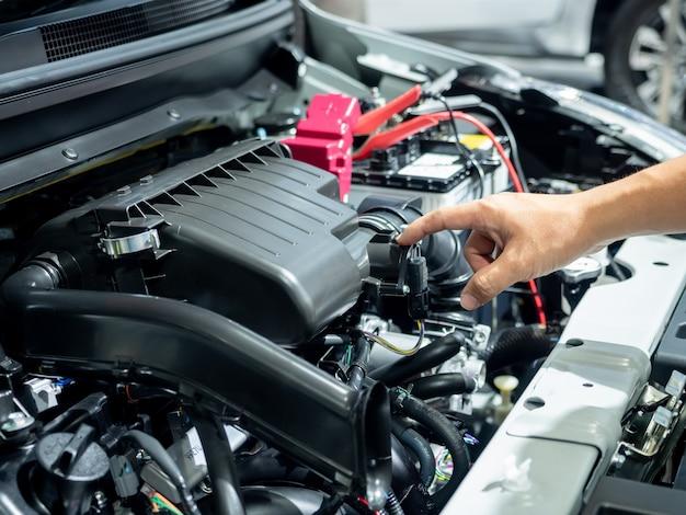 Interni del motore a punta di mano, nuova auto lussuosa e chiara