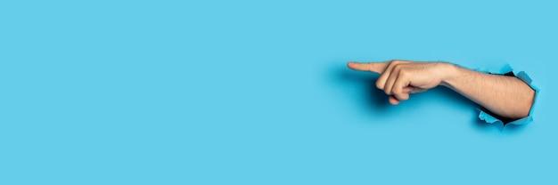 La mano indica qualcosa in blu