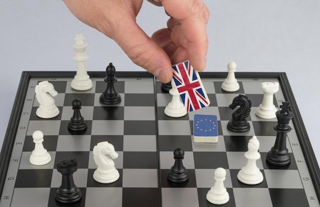 La politica delle mani alza la figura con la bandiera della gran bretagna il concetto di gioco politico