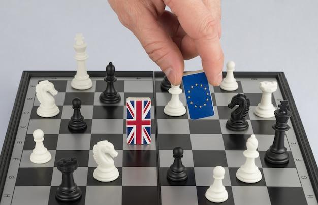 La politica della mano alza la figura con la bandiera dell'unione europea il concetto di gioco politico